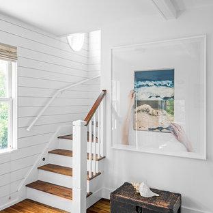 Foto de escalera curva, marinera, pequeña, con escalones de madera pintada, contrahuellas de madera pintada y barandilla de madera