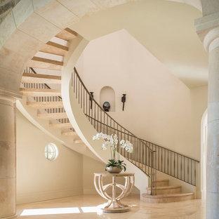 ダラスの地中海スタイルのおしゃれなサーキュラー階段 (金属の蹴込み板) の写真