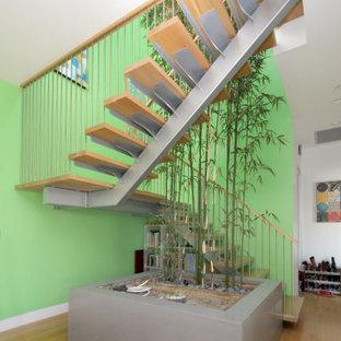 Imagen de escalera suspendida, bohemia, sin contrahuella, con escalones de madera y barandilla de metal