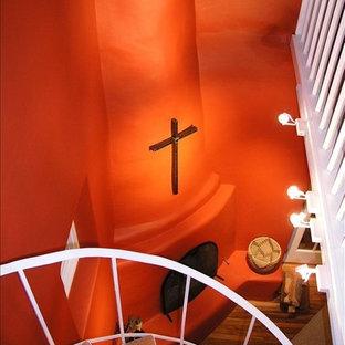 オースティンのサンタフェスタイルのおしゃれな階段の写真