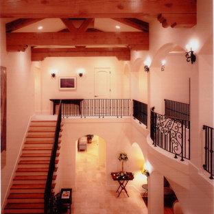 Diseño de escalera recta, mediterránea, extra grande, con escalones de madera y contrahuellas de madera pintada