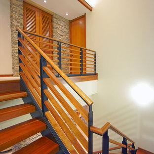 Пример оригинального дизайна интерьера: большая п-образная лестница в стиле ретро с деревянными ступенями без подступенок