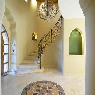Пример оригинального дизайна: изогнутая лестница в средиземноморском стиле