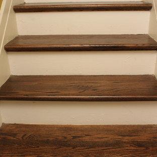 アトランタの中サイズの木のサンタフェスタイルのおしゃれな直階段 (フローリングの蹴込み板) の写真