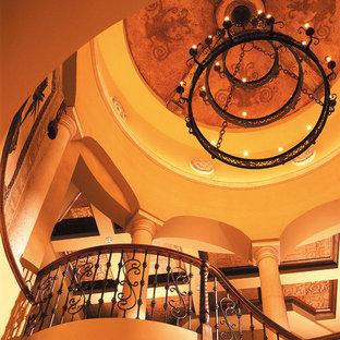 Imagen de escalera curva, mediterránea, extra grande, con escalones de madera y contrahuellas de madera