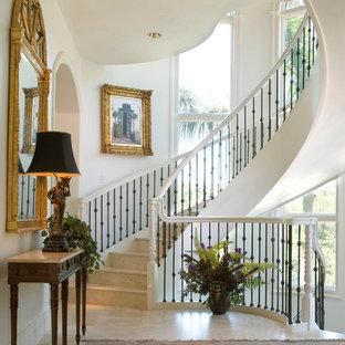 Diseño de escalera curva, mediterránea, con barandilla de varios materiales