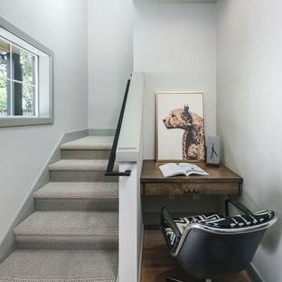 Imagen de escalera en U, clásica renovada, pequeña, con escalones enmoquetados, contrahuellas enmoquetadas y barandilla de metal