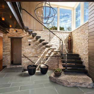Imagen de escalera suspendida, contemporánea, grande, sin contrahuella, con escalones de madera y barandilla de cable
