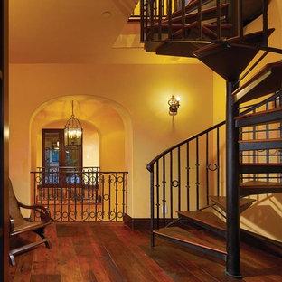 オレンジカウンティの木の地中海スタイルのおしゃれな階段の写真