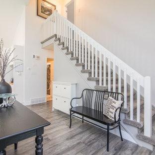 Imagen de escalera recta, nórdica, pequeña, con escalones enmoquetados, contrahuellas enmoquetadas y barandilla de madera