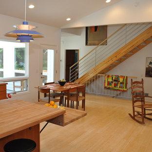 Ejemplo de escalera recta, de estilo de casa de campo, pequeña, sin contrahuella, con escalones de madera