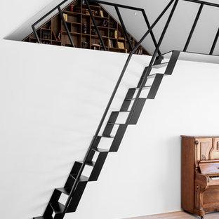Cette photo montre un escalier sans contremarche droit scandinave avec des marches en métal.