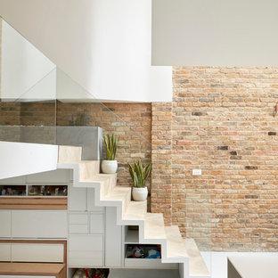 Свежая идея для дизайна: лестница в современном стиле с деревянными ступенями, деревянными подступенками и кладовкой или шкафом под ней - отличное фото интерьера