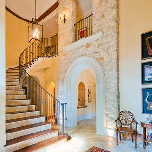 ヒューストンのトラディショナルスタイルのおしゃれな階段 (タイルの蹴込み板) の写真