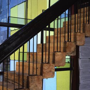 サンフランシスコのインダストリアルスタイルのおしゃれなフローティング階段の写真