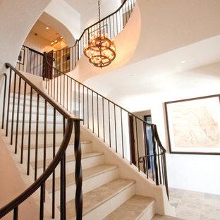アトランタのトラバーチンのトロピカルスタイルのおしゃれな階段 (金属の手すり) の写真