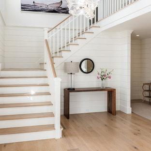 Maritime Holztreppe in U-Form mit gebeizten Holz-Setzstufen, Holzgeländer und Holzdielenwänden in Boston