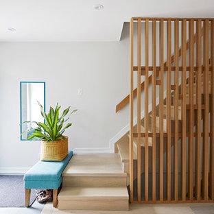 Imagen de escalera suspendida, contemporánea, de tamaño medio, con escalones de madera, contrahuellas de madera y barandilla de madera