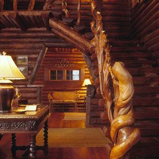 Exempel på en stor rustik l-trappa i trä, med räcke i trä