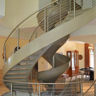 ボルチモアの大きいカーペット敷きのコンテンポラリースタイルのおしゃれならせん階段 (カーペット張りの蹴込み板) の写真