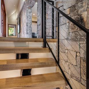 他の地域の大きい木のラスティックスタイルのおしゃれな階段 (ワイヤーの手すり) の写真