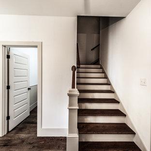 """Esempio di una scala a """"L"""" country di medie dimensioni con pedata in legno verniciato, alzata in legno e parapetto in legno"""