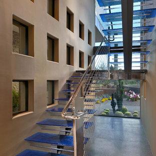 Imagen de escalera en U, de estilo americano, extra grande, sin contrahuella, con escalones de vidrio y barandilla de cable