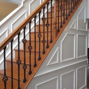 Foto de escalera recta, clásica, de tamaño medio, con escalones de madera, contrahuellas de madera y barandilla de varios materiales