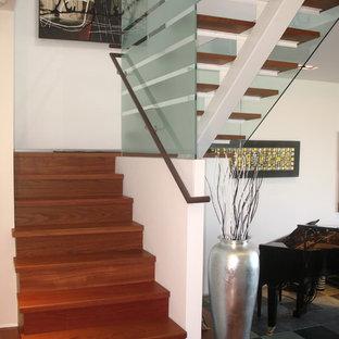 Imagen de escalera en U, actual, de tamaño medio, con escalones de madera, contrahuellas de madera y barandilla de madera