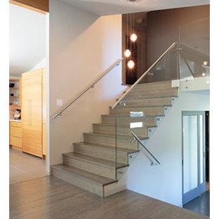 Imagen de escalera recta, vintage, de tamaño medio, con escalones con baldosas, contrahuellas con baldosas y/o azulejos y barandilla de metal
