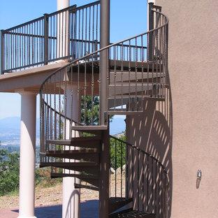 Foto de escalera curva, mediterránea, de tamaño medio, sin contrahuella, con escalones de metal y barandilla de metal