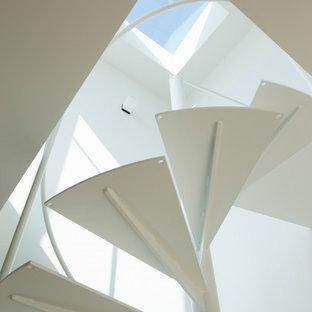 Modelo de escalera de caracol, moderna, pequeña, con escalones de metal y contrahuellas de metal
