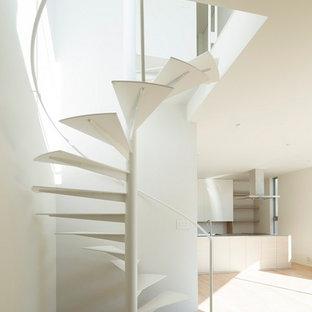 Идея дизайна: маленькая винтовая лестница в стиле модернизм с металлическими ступенями без подступенок