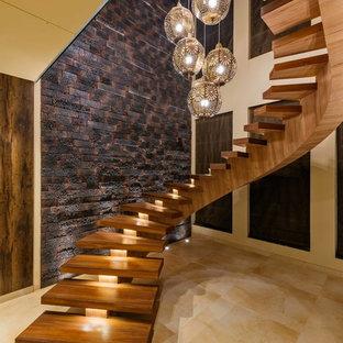 Diseño de escalera curva, contemporánea, grande, sin contrahuella, con escalones de madera