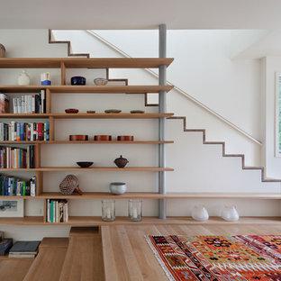Foto de escalera contemporánea, pequeña, con escalones de madera y contrahuellas de madera