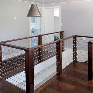 Diseño de escalera en U, clásica renovada, pequeña, con escalones de madera, contrahuellas de madera y barandilla de cable