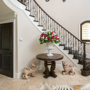 Imagen de escalera curva, mediterránea, de tamaño medio, con escalones enmoquetados y contrahuellas de madera