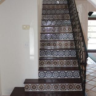 Diseño de escalera recta, mediterránea, de tamaño medio, con escalones de madera y contrahuellas con baldosas y/o azulejos