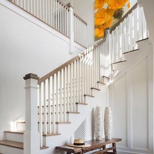 Идея дизайна: п-образная лестница среднего размера в морском стиле с деревянными ступенями, крашенными деревянными подступенками и деревянными перилами