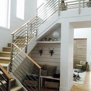 Modelo de escalera en U, escandinava, grande, con escalones enmoquetados, barandilla de metal y contrahuellas enmoquetadas