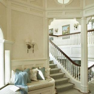 Foto de escalera recta, costera, grande, con escalones enmoquetados y contrahuellas enmoquetadas
