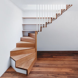 Foto de escalera suspendida, contemporánea, de tamaño medio, con escalones de madera