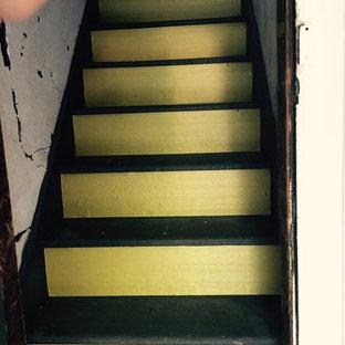 ニューヨークの中サイズのフローリングのモダンスタイルのおしゃれなサーキュラー階段 (フローリングの蹴込み板) の写真