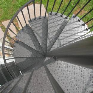他の地域の中サイズの金属製のトランジショナルスタイルのおしゃれならせん階段 (金属の蹴込み板、金属の手すり) の写真