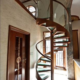 バンガロールの小さいガラスのコンテンポラリースタイルのおしゃれならせん階段の写真