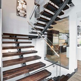 Diseño de escalera suspendida, minimalista, grande, sin contrahuella, con escalones de madera