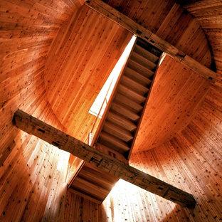 Réalisation d'un très grand escalier flottant champêtre avec des marches en bois et des contremarches en bois.