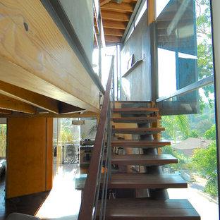 Exempel på en modern flytande trappa i trä, med öppna sättsteg