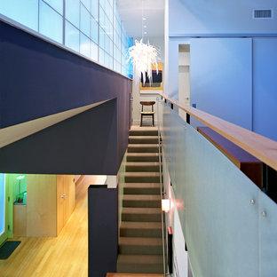 Immagine di una scala a rampa dritta minimalista con pedata in moquette e alzata in moquette