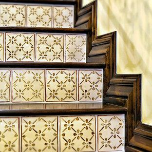 Inspiration för mellanstora medelhavsstil raka trappor i trä, med sättsteg i kakel